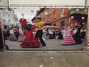 Dansers op het plein 84124183